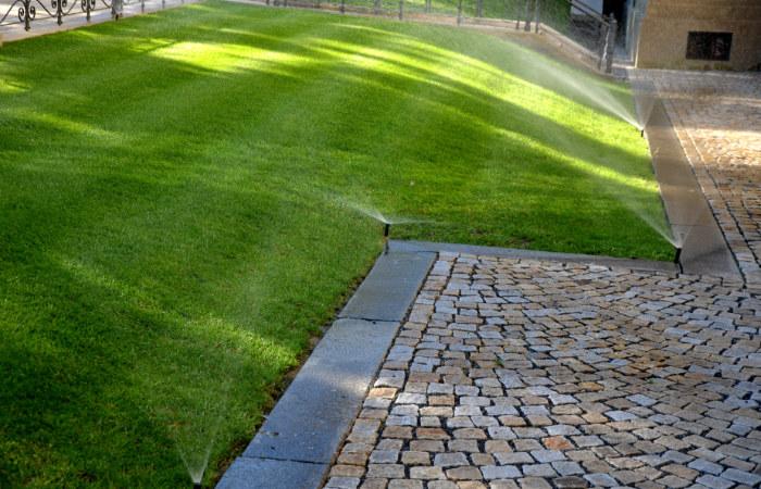 Grüner Rasen mit Bewässerungssystem, Gartenoase Beregnungen Erlangen
